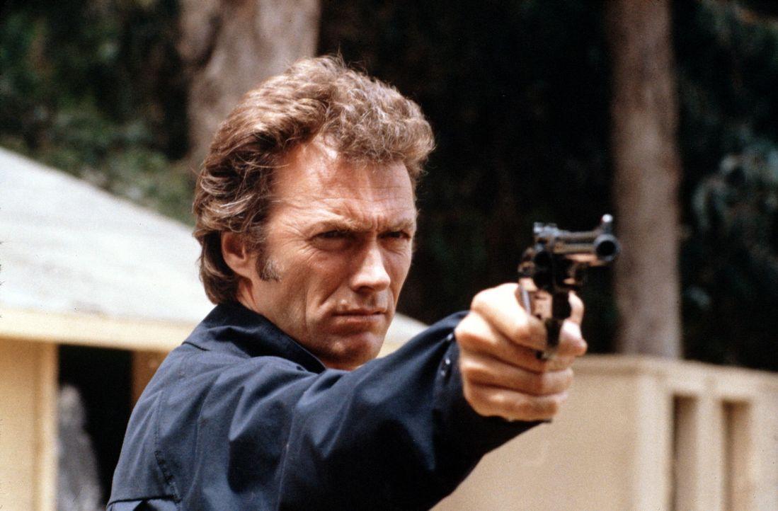 Sein Erkennungszeichen ist die 44er Magnum: 'Dirty Harry' Callahan (Clint Eastwood) fasst Schwerverbrecher nicht gerade mit Samthandschuhen an - sch... - Bildquelle: Warner Bros.