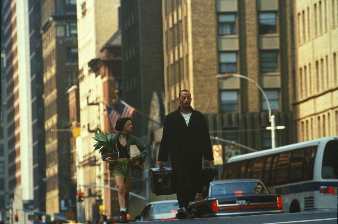 Eines Tages wird Léon (Jean Reno, r.) Zeuge, wie Drogendealer eine italienische Nachbarsfamilie ermorden. Nur die 12-jährige Mathilda (Natalie Portm... - Bildquelle: Gaumont