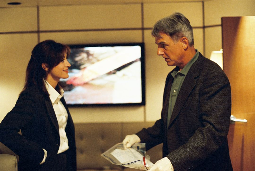 In seinem neuen Fall arbeitet Gibbs (Mark Harmon, r.) sehr eng mit Kate (Sasha Alexander, l.) zusammen, die mit Major Kerry, für den der Tote einges... - Bildquelle: CBS Television