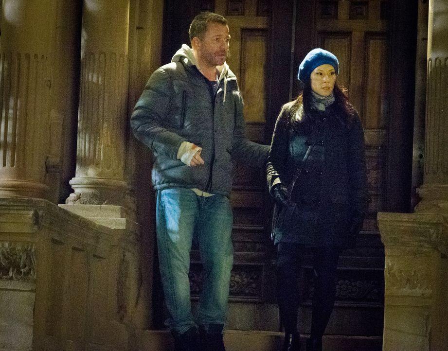 Gareth Lestrade (Sean Pertwee, l.) hat seinen Auftrag bei Holmes und Watson (Lucy Liu, r.) eigentlich längst erfüllt, macht aber keine Anstalten, wi... - Bildquelle: CBS Television