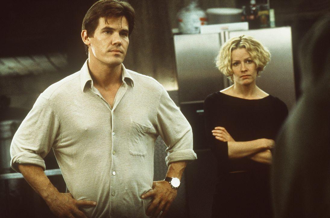 Als Caine (Kevin Bacon, r.) erkennt, dass Matthew (Josh Brolin, l.) und Linda (Elisabeth Shue, M.) das Pentagon verständigen wollen, beschließt er... - Bildquelle: Columbia Pictures
