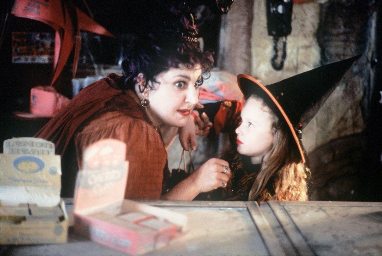 Um Unsterblichkeit zu erlangen, benötigt Hexe Mary (Kathy Najimy, l.) die Seele eines Kindes - Danis (Thora Birch, r.) Seele ... - Bildquelle: The Walt Disney Company