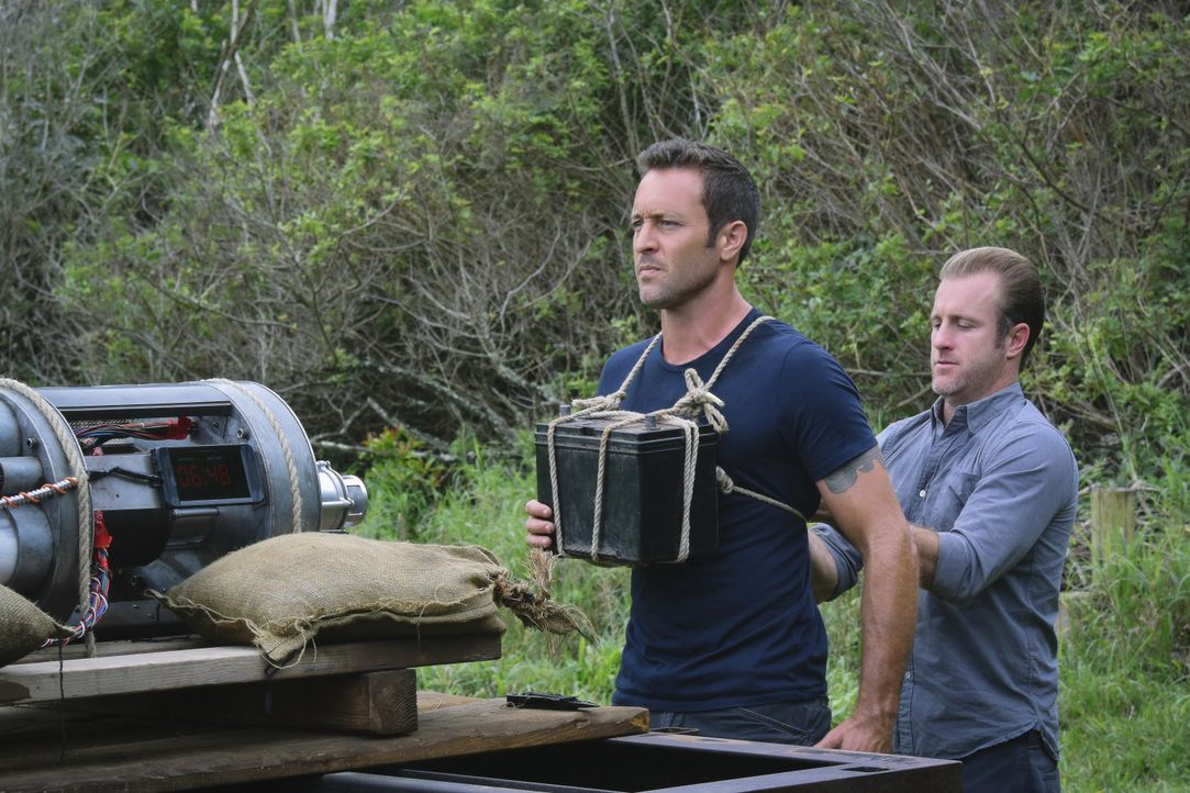 Müssen eine Katastrophe verhindern: Steve (Alex O'Loughlin, l.) und Danny (Scott Caan, r.) ... - Bildquelle: Norman Shapiro 2016 CBS Broadcasting, Inc. All Rights Reserved / Norman Shapiro