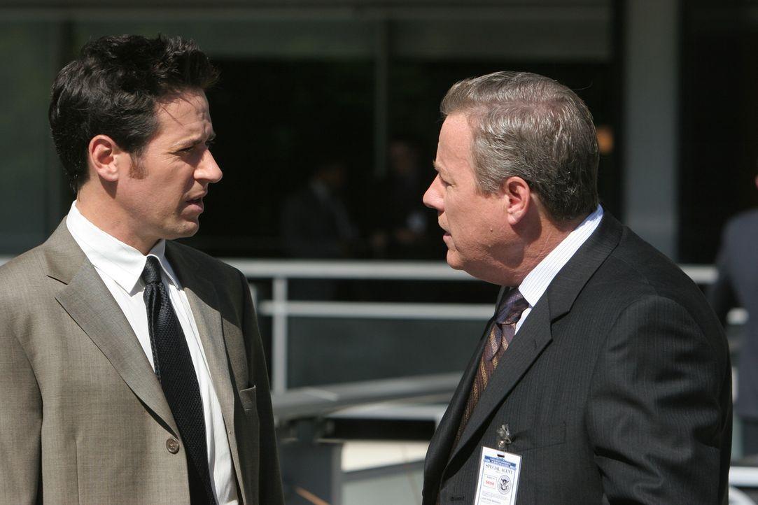 Um Licht ins Dunkle zu bekommen, befragt Don (Rob Morrow, l.) Peter Houseman (John Heard, r.) ... - Bildquelle: Paramount Network Television