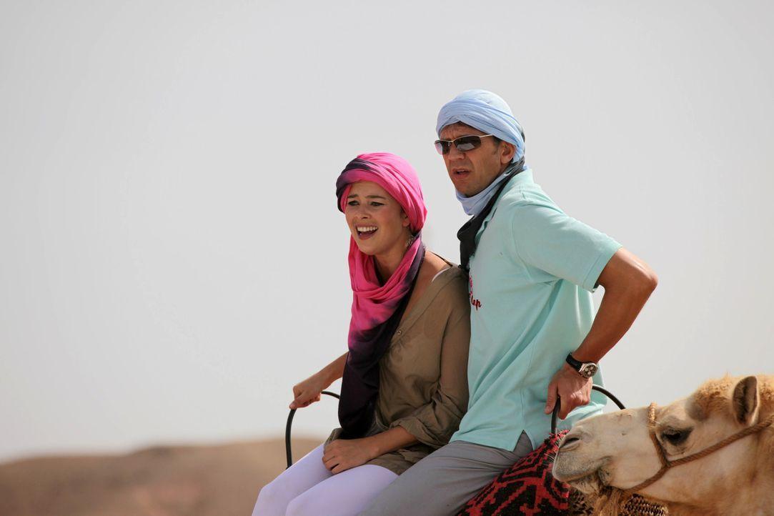 Der Weg zur Oase auf dem Rücken von Kamelen ist ziemlich beschwerlich. Dennoch gibt sich Flirtlehrerin Katja (Laura Osswald, l.) alle Mühe, den st... - Bildquelle: Sife Ddine ELAMINE SAT.1