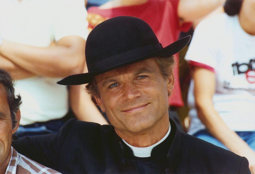 Zieht sich immer wieder den Zorn seines Bischofs zu: der schlagkräftige Don Camillo (Terence Hill) ... - Bildquelle: Paloma Films