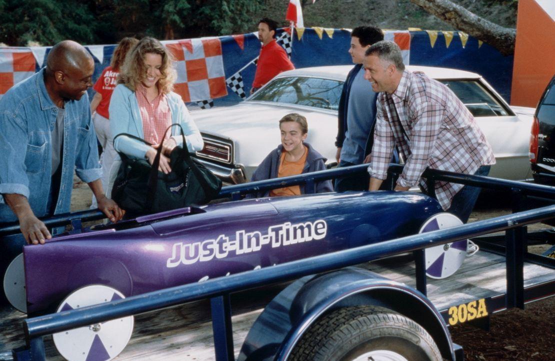 Mit der Hilfe von Vic Sauder (Roger Aaron Brown, l.) gelingt es dem im Rollstuhl sitzenden Justin (Frankie Muniz, 3.v.r.), eine Seifenkiste zu bauen... - Bildquelle: Disney