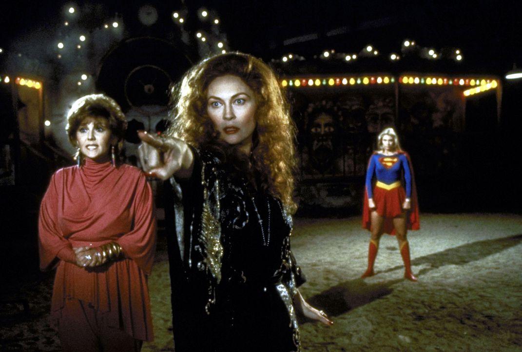 Die Hexe Selena (Faye Dunaway, M.) steht kurz vor der Verwirklichung ihres Ziels, mit Hilfe des Omegahedrons die Weltherrschaft an sich zu reißen.... - Bildquelle: TriStar Pictures