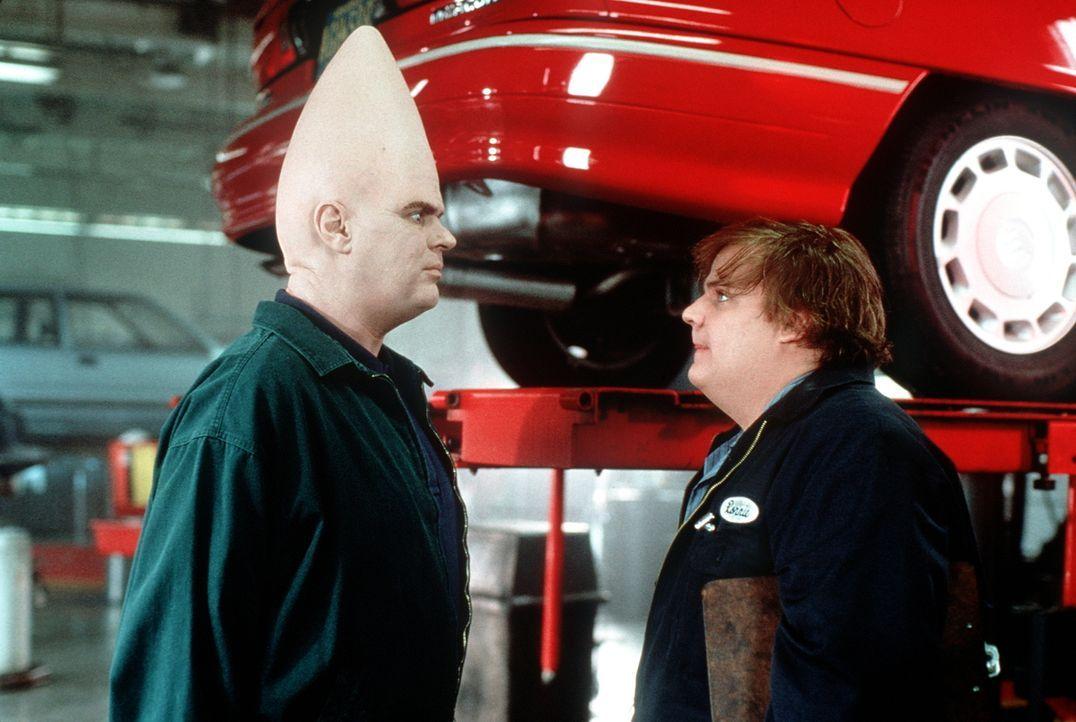 Automechaniker Beldar (Dan Aykroyd l.) ist sich nicht sicher, ob für ihn ein möglicher Schwiegersohn wie Ronnie (Chris Farley, r.) mit so einem flac... - Bildquelle: Paramount Pictures