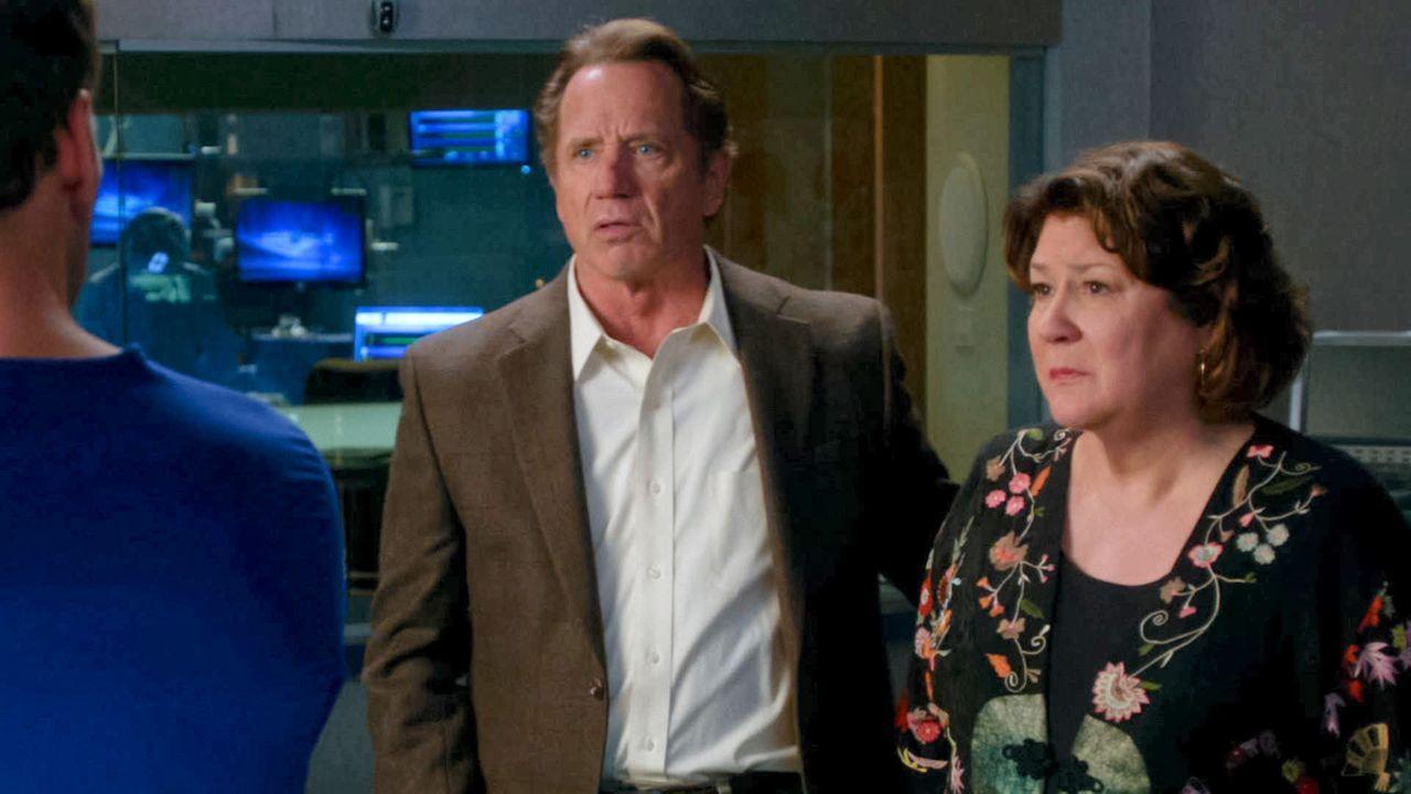Lenny, der Sohn von Rita (Margo Martindale, r.) und Len (Tom Wopat, l.) verunglückt schwer und bricht sich den ersten Halswirbel. Wird er jemals wi... - Bildquelle: 2011 CBS BROADCASTING INC. ALL RIGHTS RESERVED