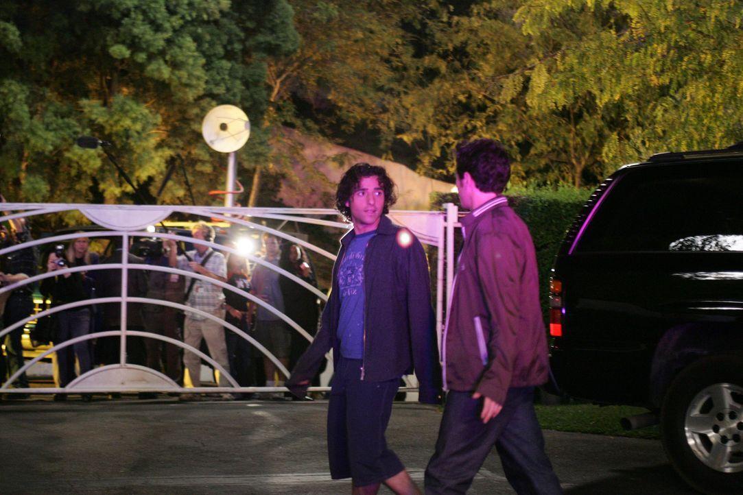 Versuchen einem Stalker auf die Schliche zu kommen: Charlie (David Krumholtz, l.) und Don (Rob Morrow, r.) ... - Bildquelle: Paramount Network Television