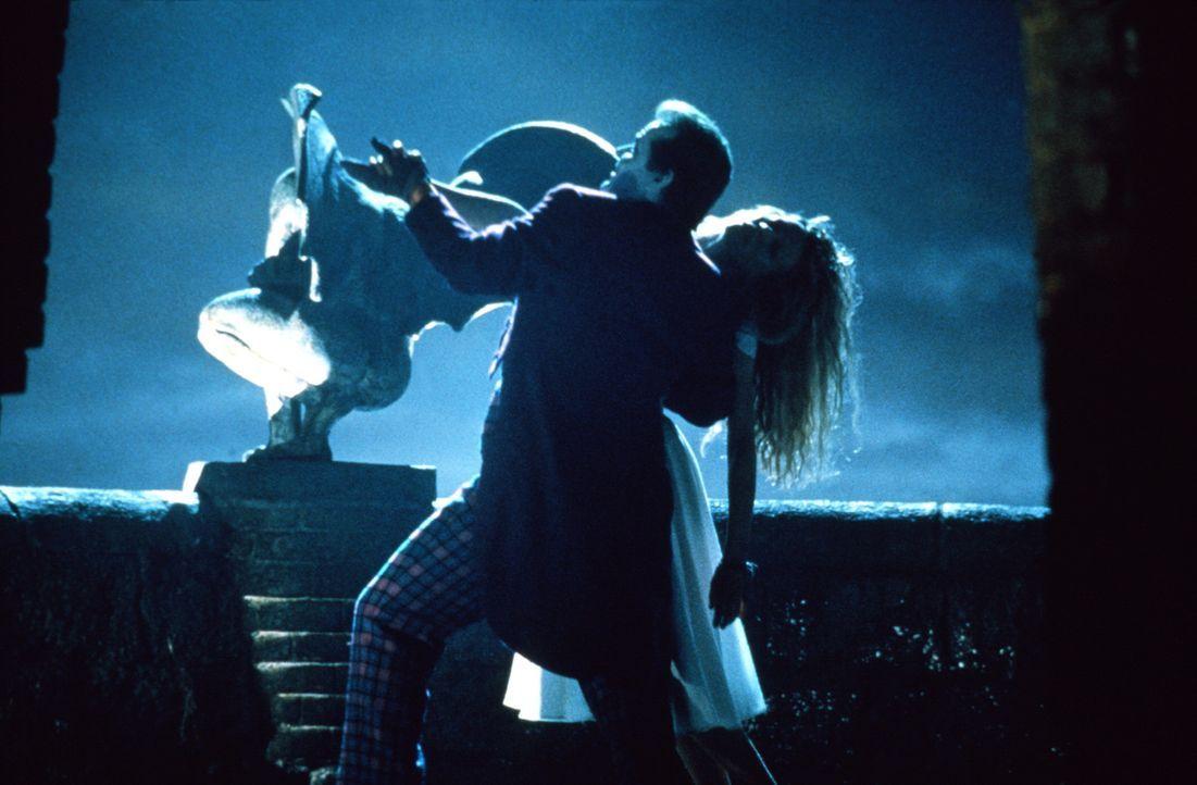 Der diabolische Joker (Jack Nicholson, l.) entführt die schöne Journalistin Vicky Vale (Kim Basinger, r.), um das einzige Hindernis, das sich ihm... - Bildquelle: Warner Bros.