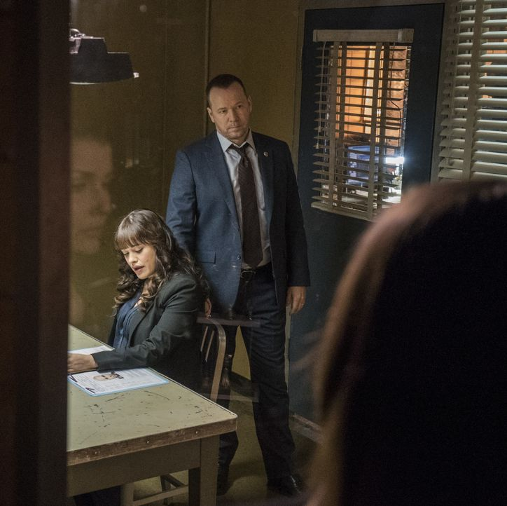 Baez (Bridget Moynahan, l.) und Danny (Donnie Wahlberg, r.) lassen nicht locker, als ein Polizist angeschossen wird. Ein Fall von Vergeltung? - Bildquelle: John Paul Filo 2016 CBS Broadcasting Inc. All Rights Reserved