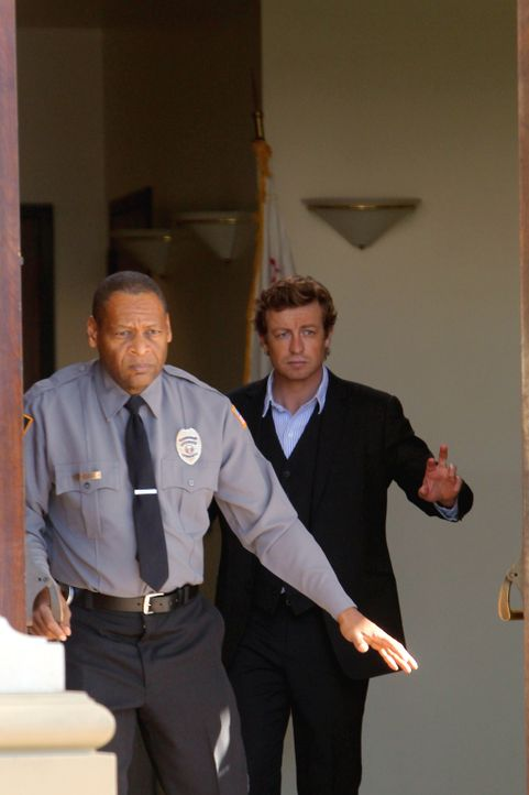 Nachdem die Filmemacherin Amber Sutherland in der Kleinstadt Crane Creek ermordet worden ist, sind Patrick Jane (Simon Baker, r.) und seine Kollegen... - Bildquelle: Warner Bros. Television