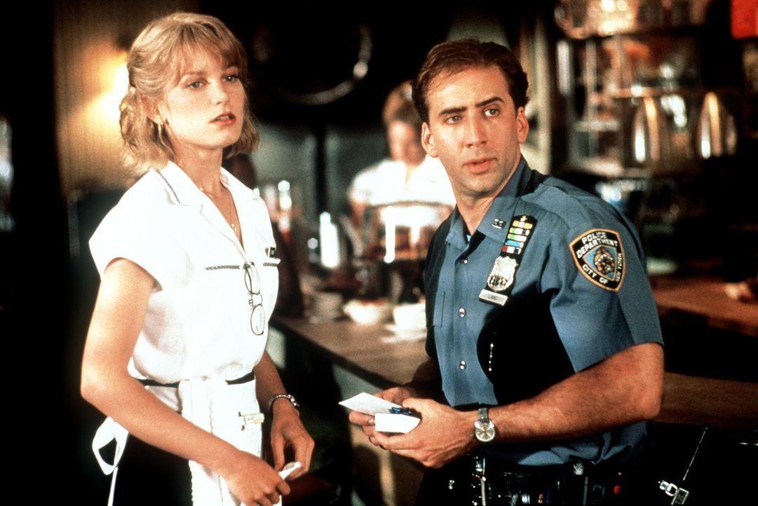 Der Einsatz ruft und Charlie (Nicolas Cage, r.) hat unglücklicherweise kein Trinkgeld für die Kellnerin Yvonne (Bridget Fonda, l.) parat - oder vi... - Bildquelle: Columbia TriStar