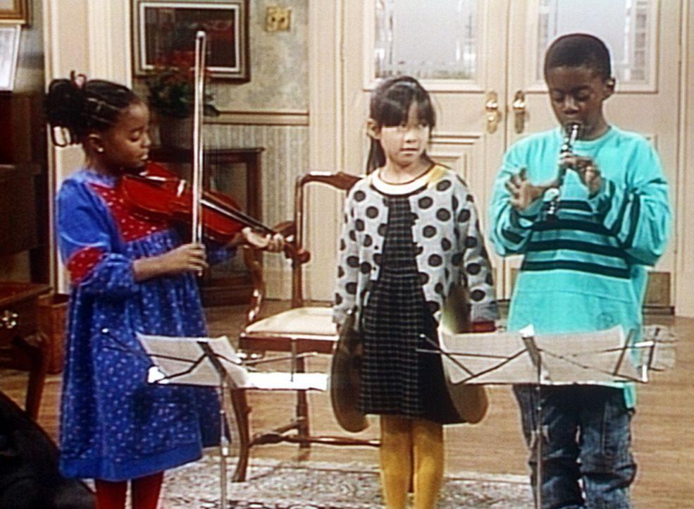 Generalprobe der kleinen Kapelle im Hause Huxtable: An der Geige Rudy (Keshia Knight Pulliam, l.), an den Zimbeln Kim (Naoka Nakagawa, M.) und an de... - Bildquelle: Viacom
