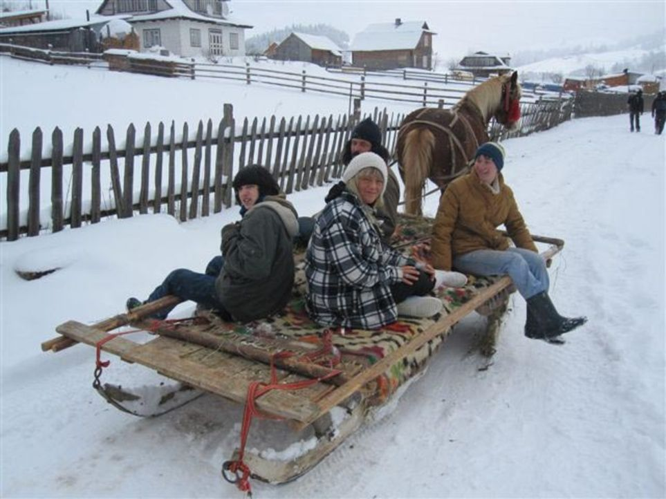 Von ihren Eltern wird die 17jährige Alica (vorne r.) zu einer Huzulen-Familie, die traditionell wie vor 100 Jahren lebt, in die Ukraine geschickt ... - Bildquelle: kabel eins