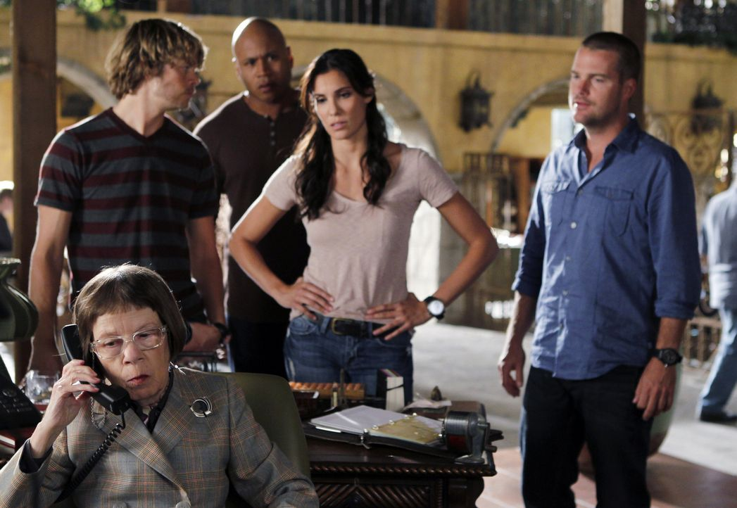 Ermitteln in einem neuen Fall: Hetty (Linda Hunt, vorne), Deeks (Eric Christian Olsen, l.), Sam (LL Cool J, 2.v.l.), Kensi (Daniela Ruah, 2.v.r.) un... - Bildquelle: CBS Studios Inc. All Rights Reserved.