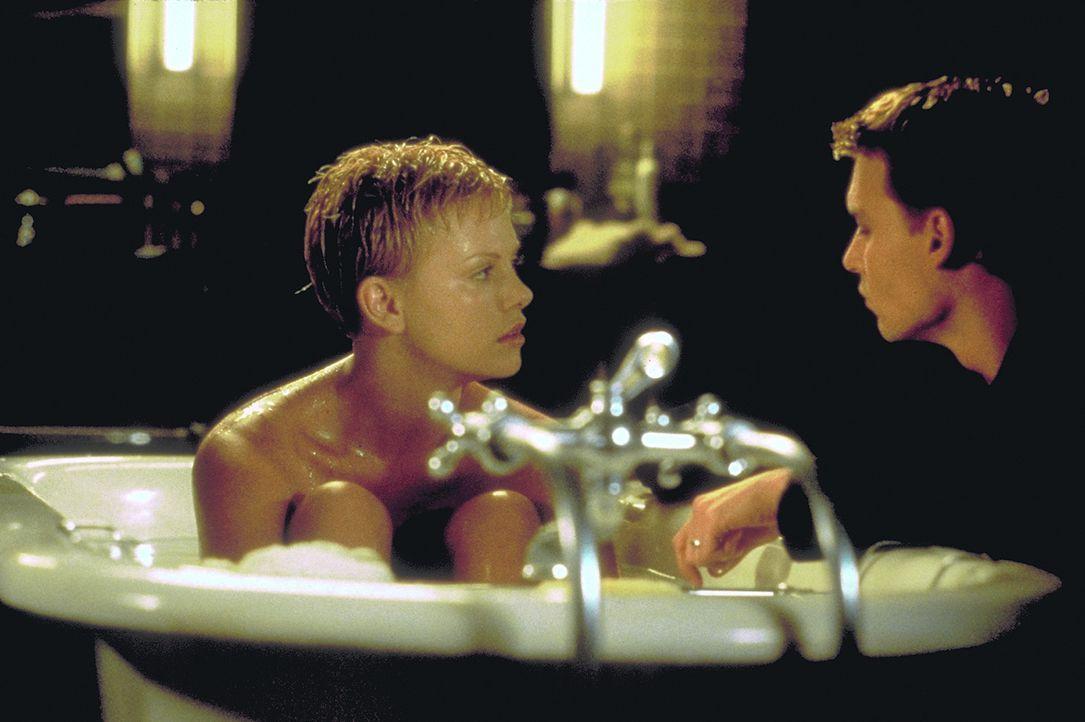 Eigentlich sind die Armacosts (Charlize Theron, l., Johnny Depp, r.) ein glückliches Ehepaar. Wären da nicht Spencers auffallende Verhaltensstöru... - Bildquelle: 1999 New Line Productions, Inc. All Rights Reserved.