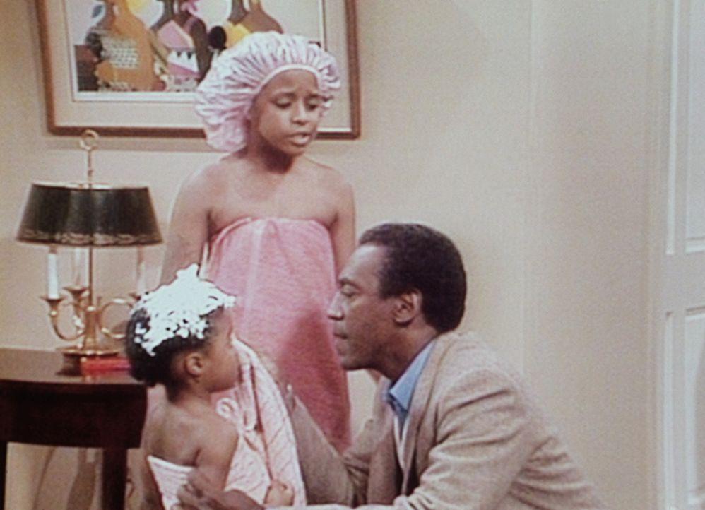 Denise hat Vanessa (Tempsett Bledsoe, M.) und Rudy (Keshia Knight Pulliam, l.) aus dem Badezimmer verbannt. Cliff (Bill Cosby, r.) muss Rudy erstmal... - Bildquelle: Viacom