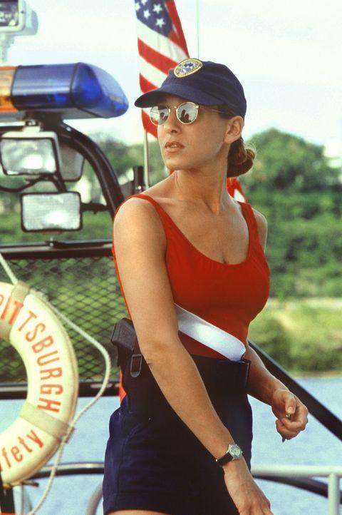 Tom Hardy und seine neue Partnerin Jo Christman, (Sarah Jessica Parker) heften sich dem Serienkiller vom Wasser aus an die Fersen und bald wird klar... - Bildquelle: Columbia Pictures