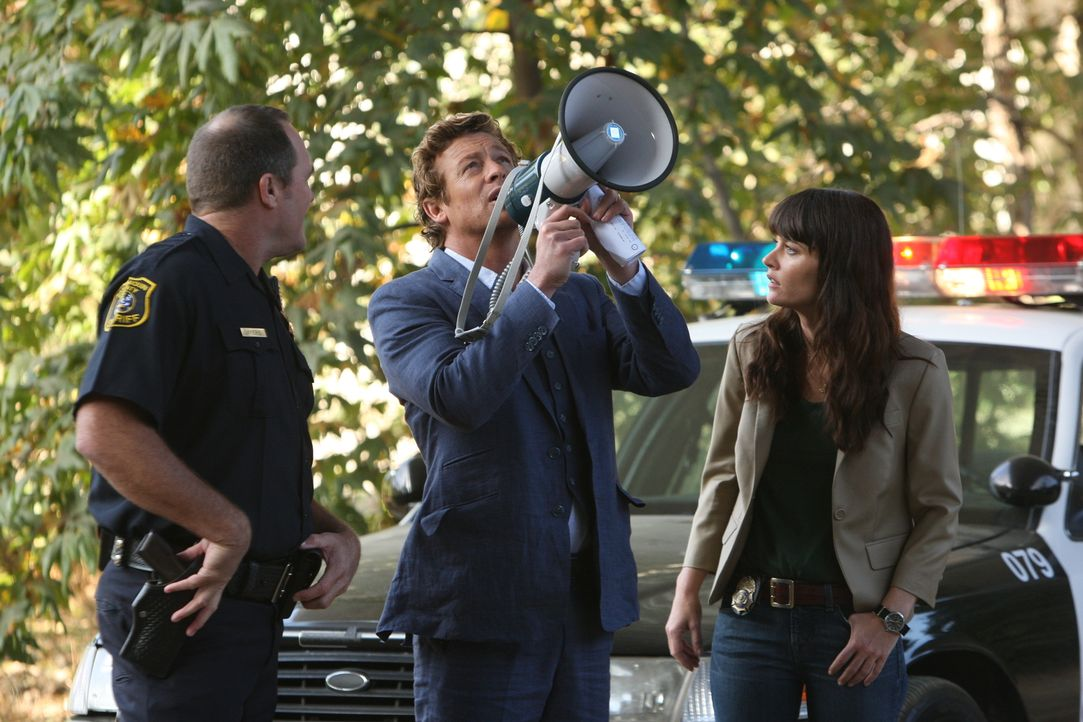 Patrick Jane (Simon Baker, M.) und Teresa Lisbon (Robin Tunney, r.) ermitteln in einem neuen Fall ... - Bildquelle: Warner Bros. Television
