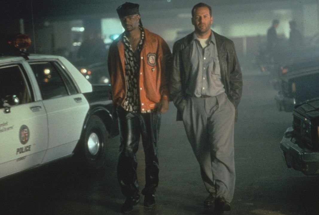 Der versoffene Privatdetektiv Joe Hallenbeck (Bruce Willis, r.) und der Ex-Footballstar Jimmy Dix (Damon Wayans, l.) werden in eine gigantische Intr... - Bildquelle: Warner Bros.