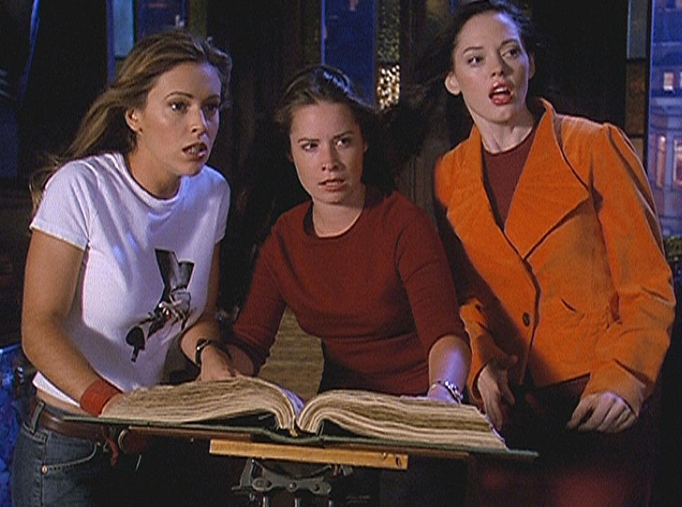 Zum ersten Mal setzten Phoebe (Alyssa Milano, l.), Piper (Holly Marie Combs, M.) und Paige (Rose McGowan, r.) gemeinsam ihre Zauberkräfte ein ... - Bildquelle: Paramount Pictures