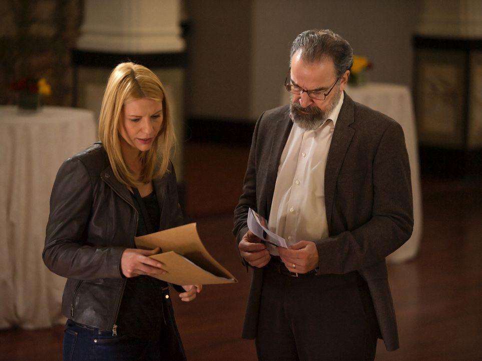 Saul (Mandy Patinkin, r.) versucht, Carrie (Claire Danes, l.) bei ihrer Mission zu unterstützen und bittet deshalb einen ehemaligen pakistanischen O... - Bildquelle: Homeland   2014 Twentieth Century Fox Film Corporation