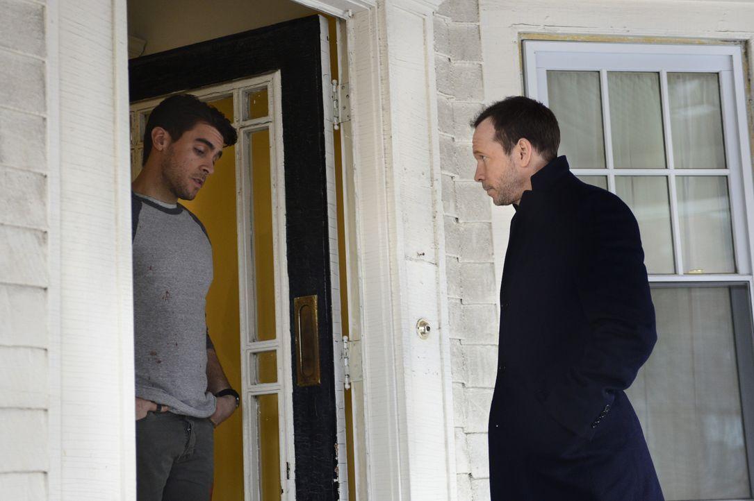 Während Danny (Donnie Wahlberg, r.) einen Fall aufklären will, bei dem Unbekannte auf die schwangere Frau von Mike Rose (Josh Segarra, l.) eingeschl... - Bildquelle: 2013 CBS Broadcasting Inc. All Rights Reserved.