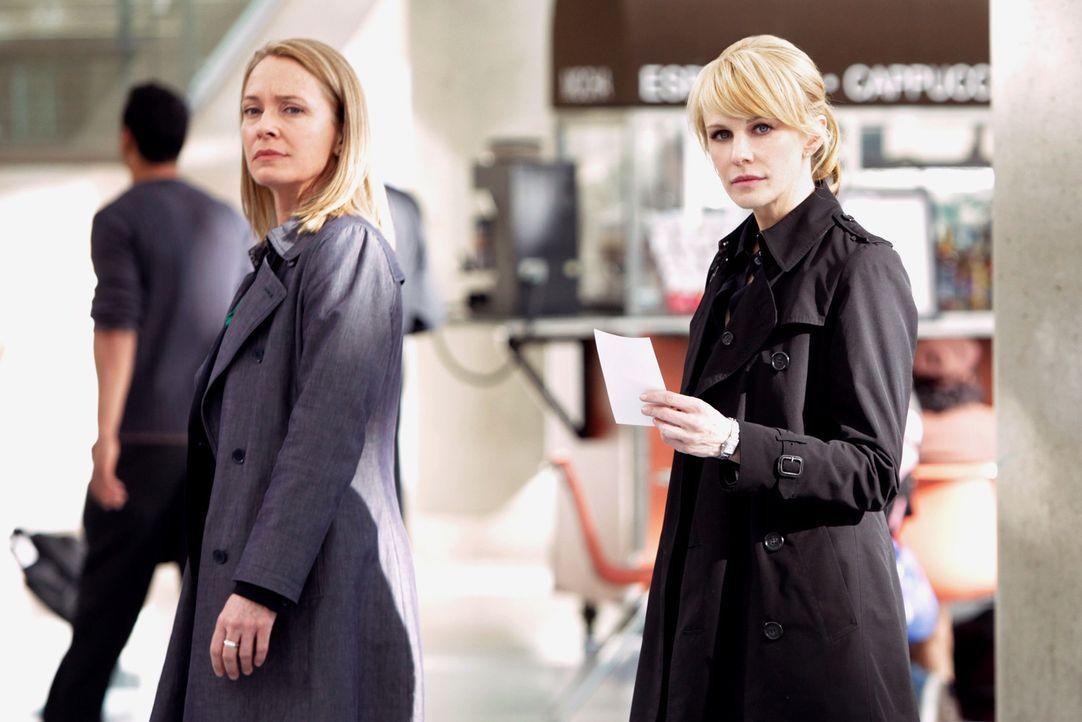 Diane Yates (Susanna Thompson, l.) gelingt es, ihren Vorgesetzten Cavanaugh dazu zu bringen, Det. Lilly Rush (Kathryn Morris, r.) und sie die Ermitt... - Bildquelle: Warner Bros. Television