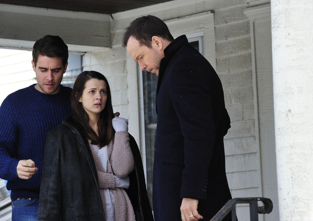 Als Stephanie Rose (Rose Hemingway, M.) bei einem Angriff von Jugendlichen ihr Baby verliert, sind sie und ihr Mann Mike (Josh Segarra, l.) am Boden... - Bildquelle: 2013 CBS Broadcasting Inc. All Rights Reserved.