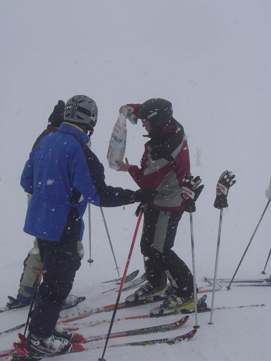 Zöllner Johann (r.) bei der Arbeit auf Ischgls Skipisten ... - Bildquelle: kabel eins