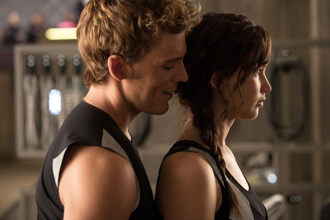 Noch ahnt Katniss (Jennifer Lawrence, r.) nicht, dass Finnick (Sam Claflin, l.) einen außergewöhnlichen Plan verfolgt ... - Bildquelle: Studiocanal GmbH