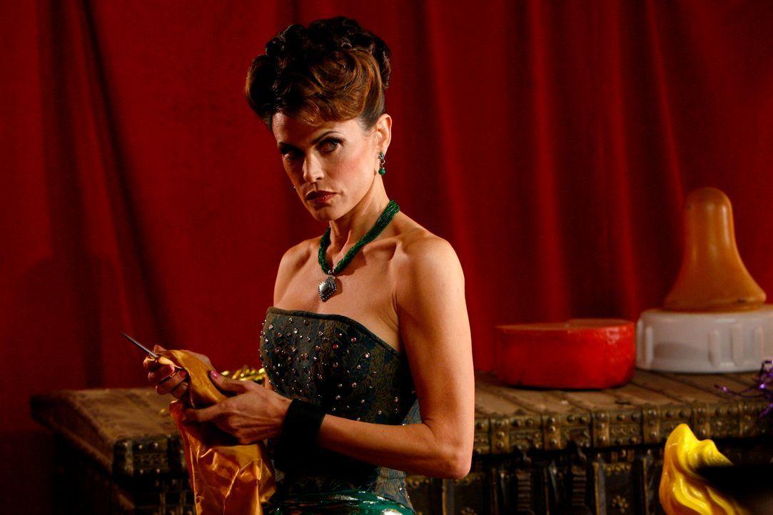Rückblende: Die Messerwerferin Zelda Panay (Justina Vail) kann es nicht leiden, wenn jemand anders ihr die Show stiehlt ... - Bildquelle: Warner Bros. Television