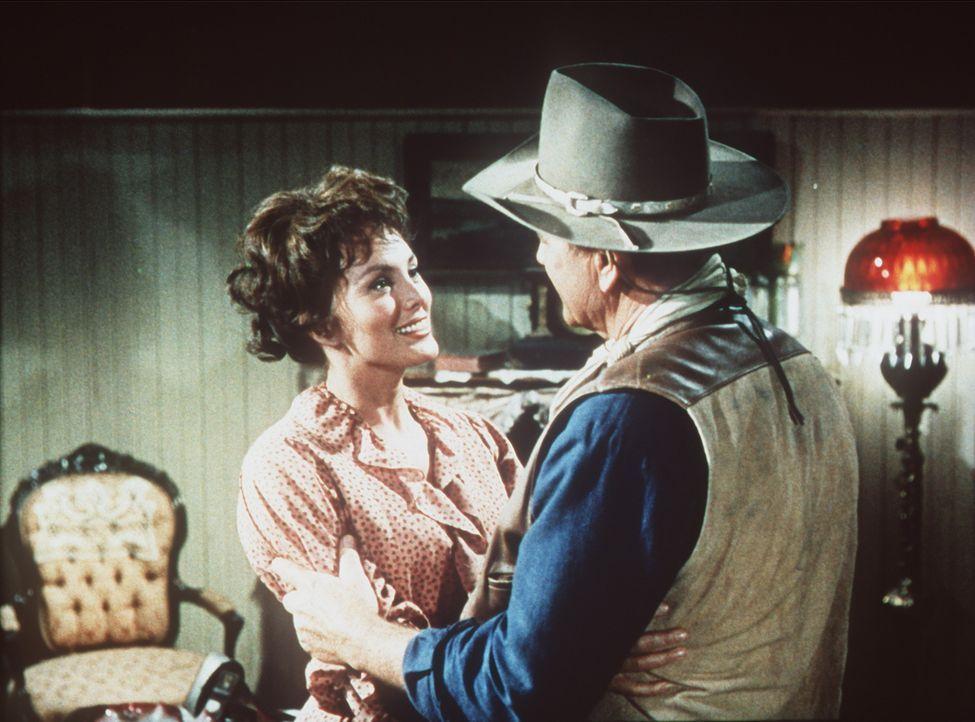 Der raubeinige Revolverheld Cole Thornton (John Wayne, r.) kehrt nach El Dorado zurück - dort trifft er auf seine alte Liebe Maudie (Charlene Holt,... - Bildquelle: Paramount Pictures