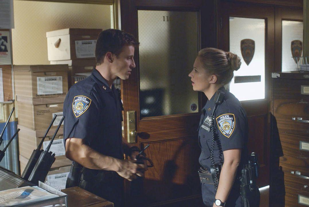 Als eine Kollegin gegen ihren Partner aussagt wird sie gemobbt und belästigt. Jamie (Will Estes, l.) steht ihr zur Seite und wird dadurch selber zur... - Bildquelle: 2014 CBS Broadcasting Inc. All Rights Reserved.