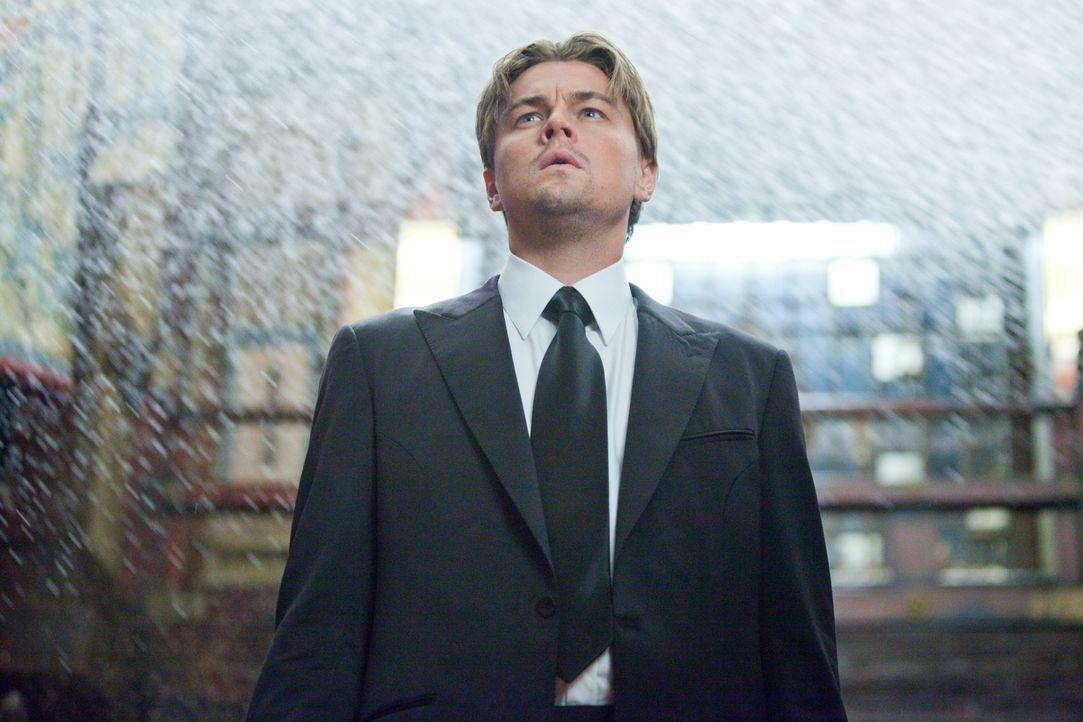 Der in den USA als angeblicher Mörder seiner Frau gesuchte Cobb (Leonardo DiCaprio), hat sich beruflich auf das Auslesen wichtiger Informationen aus... - Bildquelle: 2010 Warner Bros.