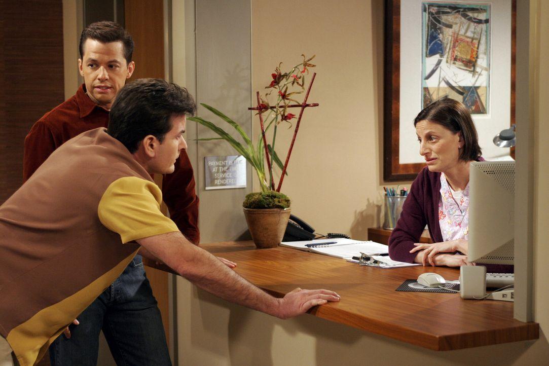 Nachdem sich Charlie (Charlie Sheen, M.) schreckliche Rückenschmerzen zugezogen hat, versucht er gemeinsam mit Alan (Jon Cryer, l.) die Krankenschw... - Bildquelle: Warner Brothers Entertainment Inc.