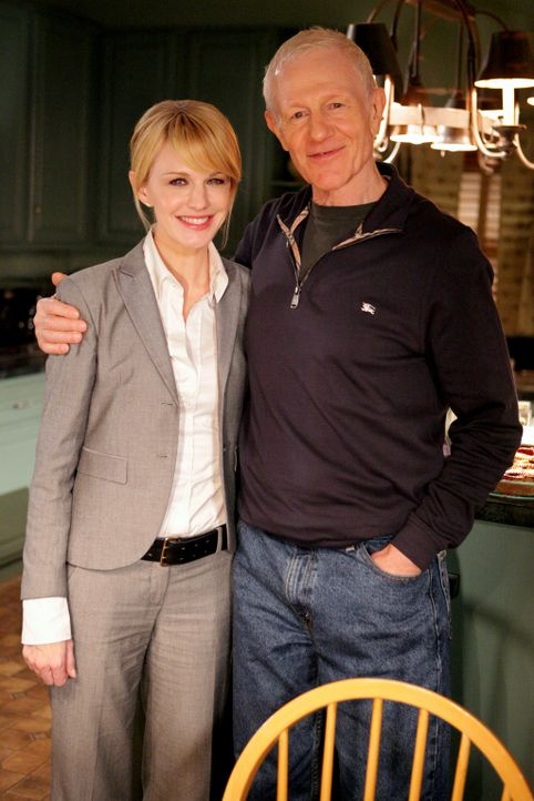 Bei den Dreharbeiten: Kathryn Morris (l.) und Raymond J. Barry (r.)
