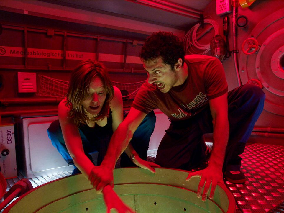 Kommen einem Alptraum, der tief unten im Meer lauert, auf die Spur: Finn (Fahri Ogün Yardim, r.) und Eva (Lavinia Wilson, l.) ... - Bildquelle: Gordon Timpen ProSieben