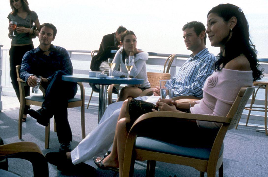 Cassidy (Kristina Anapau, 2.v.l.) beschließt, die beiden Verräter Jason (Kerr Smith, l.) und Patrick gegeneinander auszuspielen. Sie stachelt die... - Bildquelle: Copyright    2004 Cruel III Productions, LLC. All Rights Reserved.