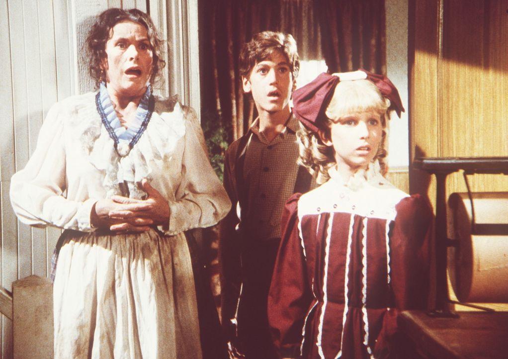 Harriet Oleson (Katherine MacGregor, l.), Willie (Jonathan Gilbert, M.) und Nancy (Allison Balson, r.) sind geschockt, als der totgeglaubte Nels pl - Bildquelle: Worldvision