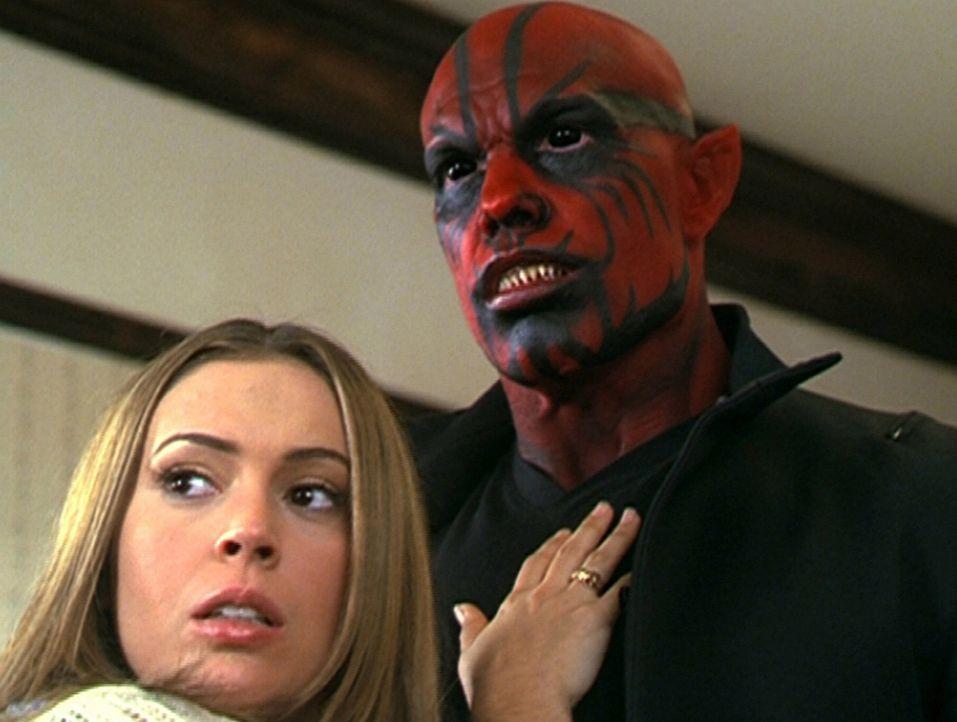 Phoebe (Alyssa Milano, l.) setzt ihre guten Kräfte gegen einen bösen Dämon ein. - Bildquelle: Paramount Pictures