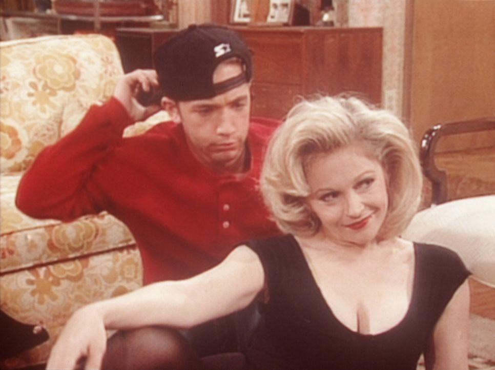 """Bud (David Faustino, l.) ist verwirrt: Die """"Dallas""""-Darstellerin Charlene Tilton (Charlene Tilton, r.) ist zu Besuch im Hause Bundy. - Bildquelle: Columbia Pictures"""