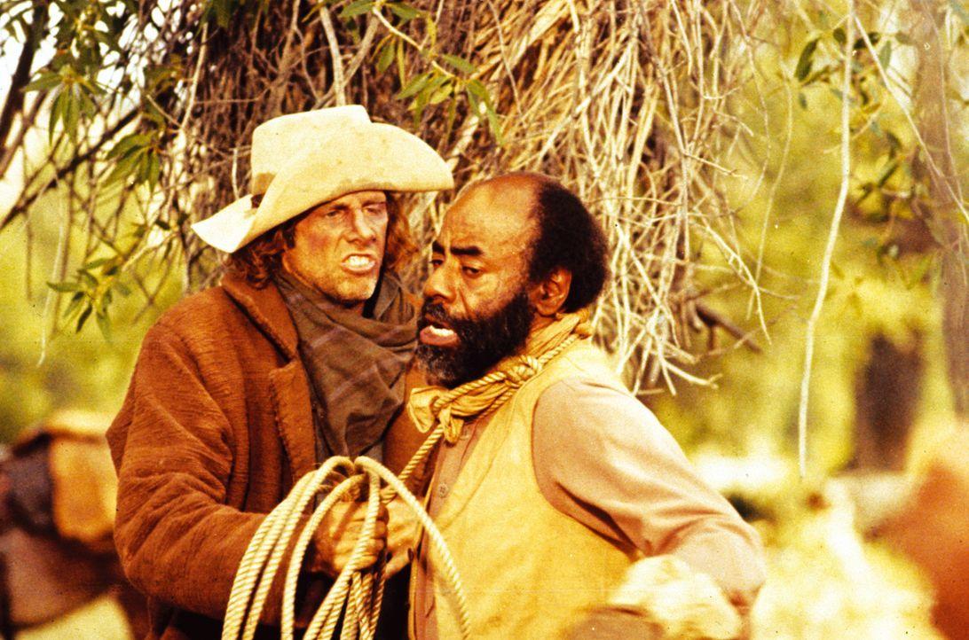 Der Koch Jebediah Nightlinger (Roscoe Lee Browne, r.) wird von dem brutalen Viehdieb Asa Watts (Bruce Dern, l.) bedroht ... - Bildquelle: Warner Bros.