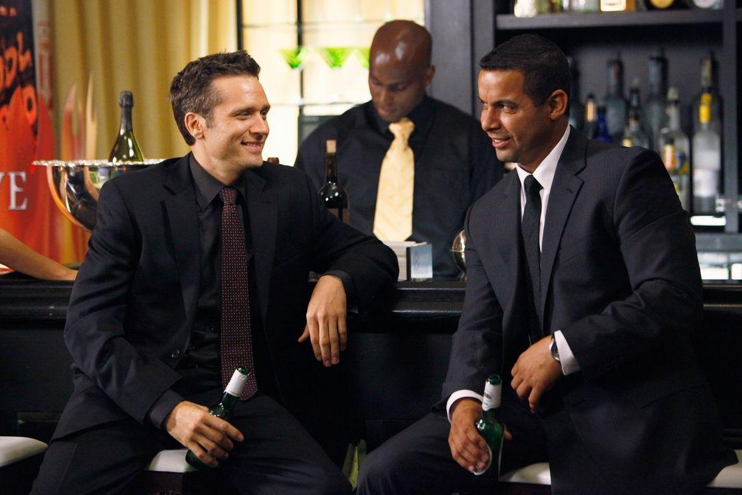 Lassen es sich auf der Party gut gehen: Kevin Ryan (Seamus Dever, l.) und Javier Esposito (Jon Huertas, r.) - Bildquelle: ABC Studios