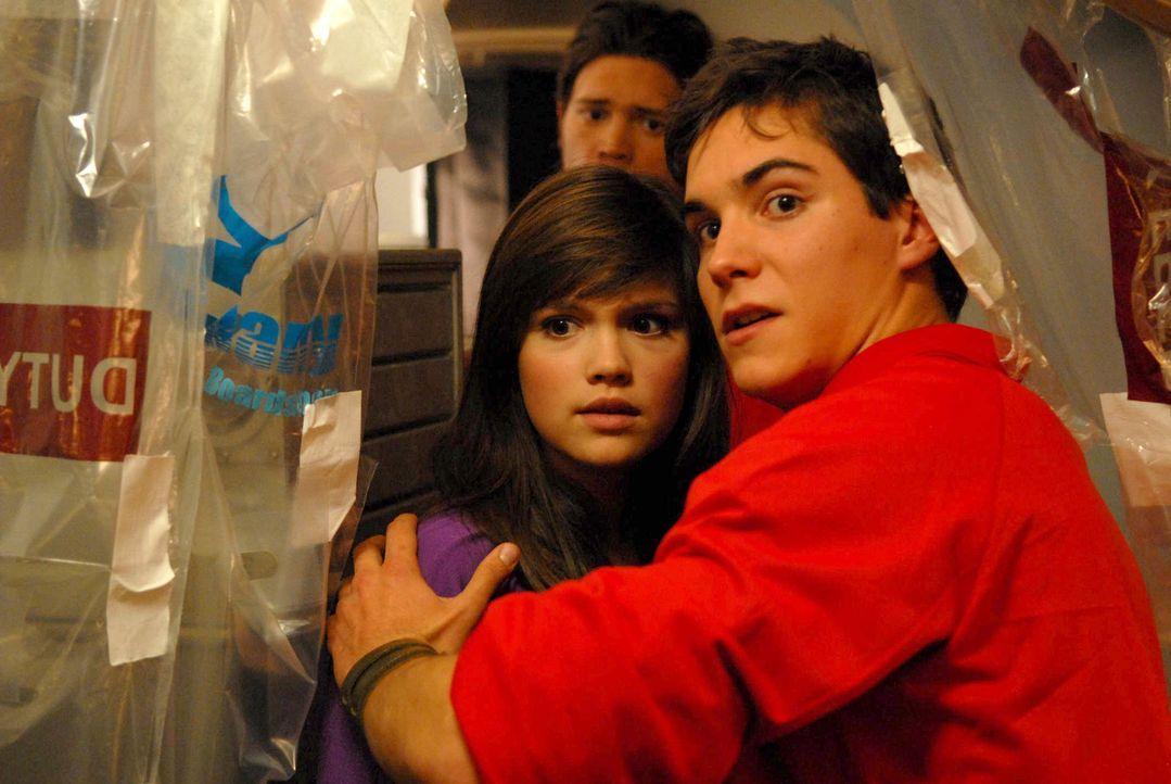 Es gelingt Frank (François Goeske, r.), Julia (Emilia Schüle, l.) in den Teil des Flugzeugs zu bringen, wo sich die Nichtinfizierten zurückgezoge... - Bildquelle: Kerstin Stelter ProSieben