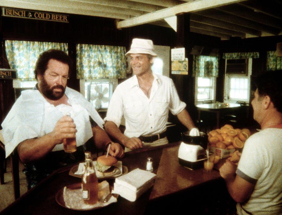 Charlie (Bud Spencer, l.) scheint mit seinem Mittagessen nicht ganz zufrieden zu sein. Sein Halbbruder Johnny (Terence Hill, M.) legt ihm jedoch nah... - Bildquelle: Columbia Pictures