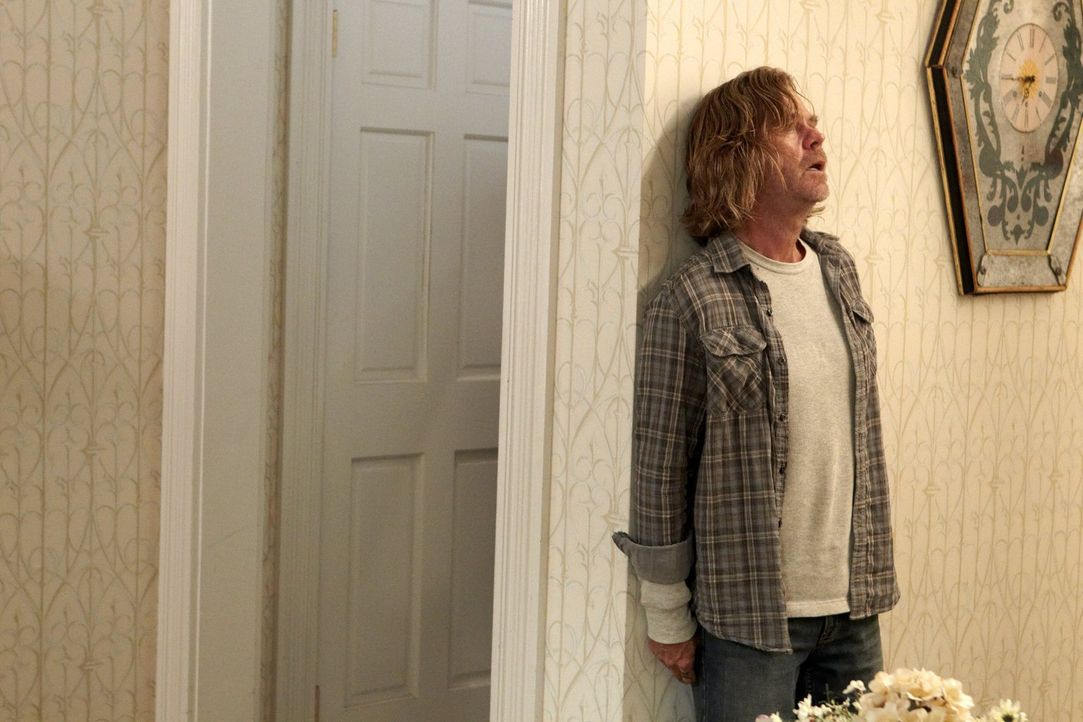 Um am Abend nicht zum Lehrergespräch zu müssen, täuscht Frank (William H. Macy) sogar eine Schulphobie vor ... - Bildquelle: 2010 Warner Brothers